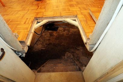Holztreppe und geöffneter Boden.