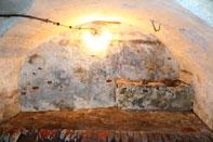 Wand des Gewölbes mit elektrischem Licht.