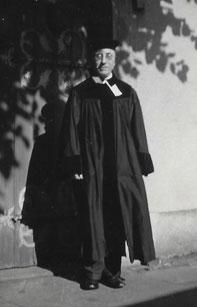 Hermann Emanuel im Gewand vor einer Hauswand.
