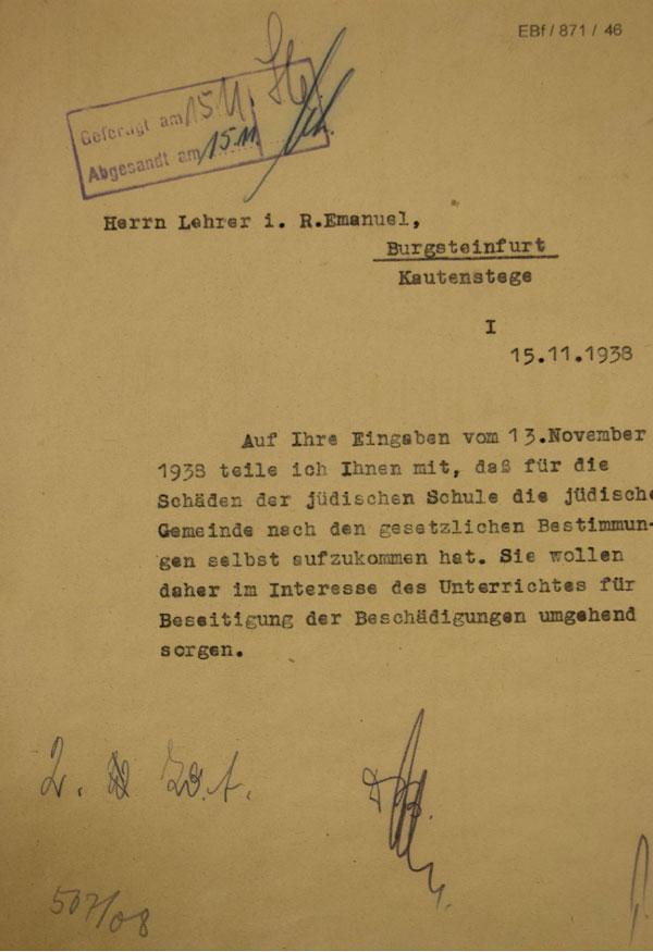 Braun-gelbes Papier mit maschineller Eintragung und handschriftlicher Signaturen und einem Stempel.