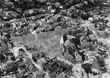 Luftaufnahme der Altstadt Burgsteinfurt von 1936 mit vielen Wohnhäusern, eine Lupe zeigt die Synagoge und Schule im Detail.