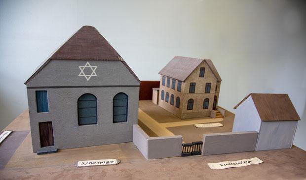 Modell der Schule mit Synagoge.