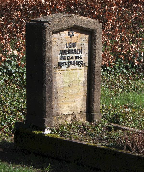 """Ein Grabstein mit der Aufschrift """"Leni Auerbach Geb. 17.4.1914, gest. 23.8.1932. Über dem Namen ein Davidsstern."""