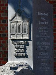 Reliefbild einer Synagoge auf einer glatten Säule in dunklem Grau