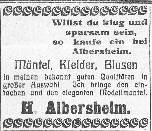 """Zeitungsausschnitt mit Verzierungen oben und unten. Werbung für Mäntel, Kleider, Blusen mit dem Spruch """"Willst klug und sparsam sein, kaufe ein bei Albersheim""""."""