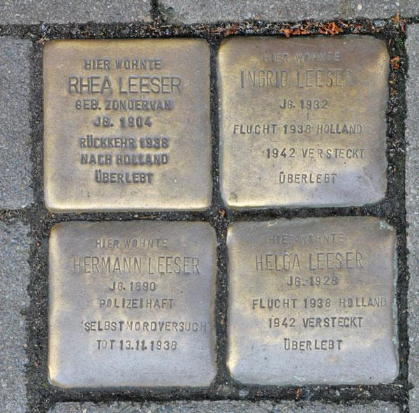 Vier Stolpersteine eng beieinander im Boden.