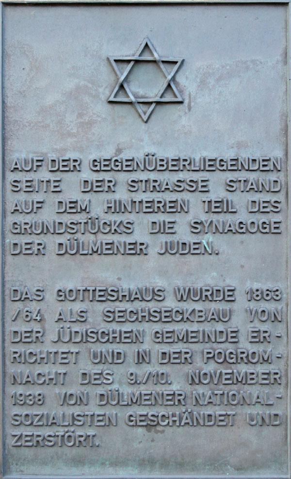 Gedenktafel in grau mit Großbuchstaben, im oberen Teil ein Davidstern.