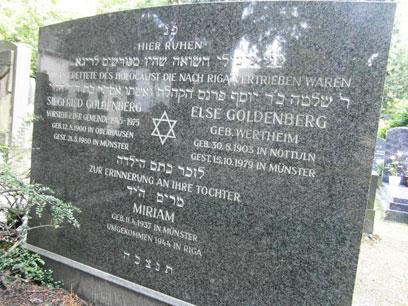 Moderner Grabstein aus dunklem Marmor mit Lateinischer und Hebräischer Schrift, zentral auf dem Stein ein Davidstern.