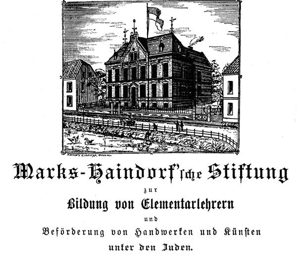 Zeichnung eines großen zweistöckigen Gebäudes mit Flagge davor, hohe Fenster und große Tür. Links daneben ein Haus mit Krüppelwalmdach, rechts ebenfalls ein Gebäude, davor ein kleiner Zaun mit angrenzendem See. Unter dem Bild ein Text in Fraktur-Schrift.